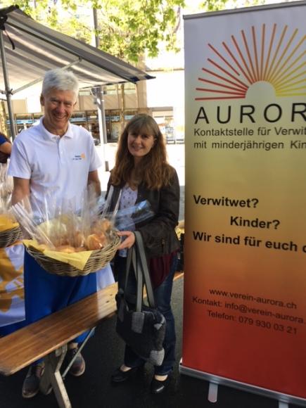 Verkaufsstand auf dem Bundesplatz in Zug (links Rotarier Leo Granziol; rechts Susanne Bosshard, Verein AURORA), Foto HS